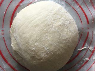 吐司面包,将面团放入容器盖湿布常温发酵至两倍大,取出后排气