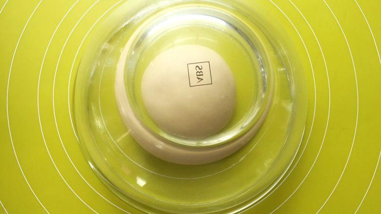 十味 热狗,将揉好的面团盖保鲜膜室温发酵,家里室温在26度左右,发酵了40多分钟