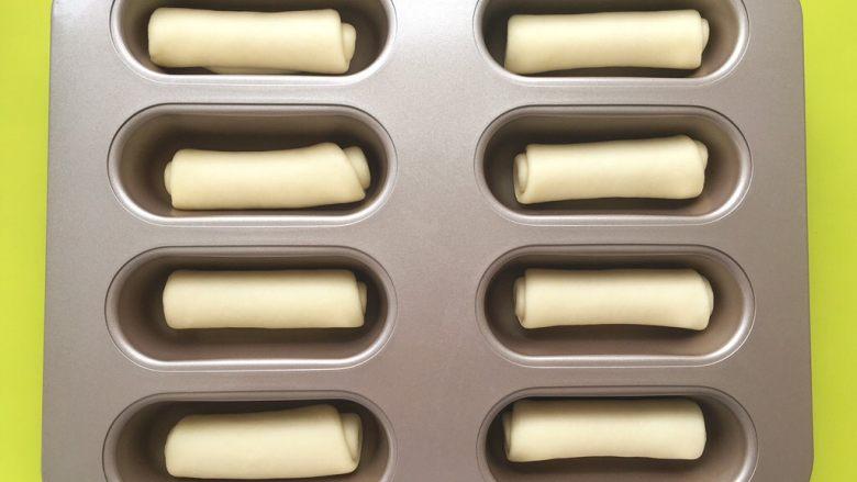 十味 热狗,卷好后,将面团放入模具内,盖保鲜膜,放入烤箱内二发,烤箱放碗热水