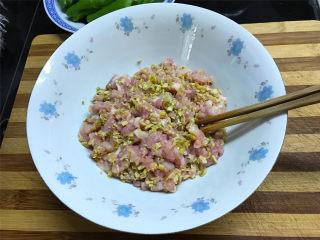 虎皮青椒酿肉,猪肉买回来后洗洗切碎,泡好的扁尖笋也切成小粒,然后把两种食材一起混匀。