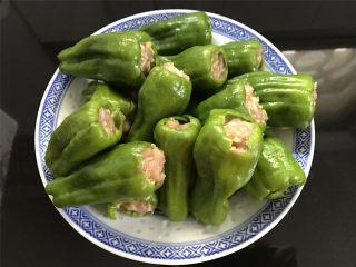 虎皮青椒酿肉,同样的方法把肉馅全部塞入青椒中。