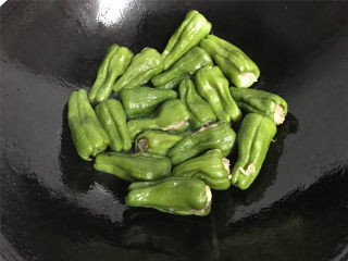 虎皮青椒酿肉,锅中倒入适量的油,油热后放入青椒。