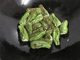 虎皮青椒酿肉,一面煎好后翻面再煎另一面,直到煎到两面呈虎皮状,颜色金黄色。