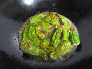 虎皮青椒酿肉,然后加入1勺生抽,再加适量的热水,大火煮开后中火煮5分钟到汤汁有点收干,即可熄火。