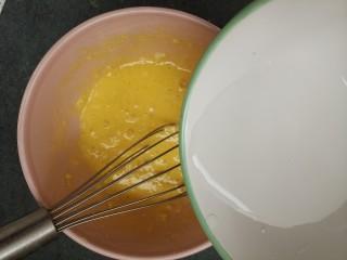 鸡蛋饼,再加入50毫升水。