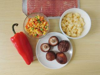 香菇培根披萨,面团发酵的时候来准备馅料。马苏里拉芝士和培根要事先解冻。