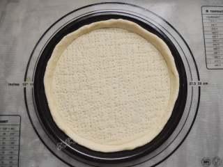 香菇培根披萨,用叉子在面饼上均匀的戳一些小孔,避免烤制的时候鼓起。