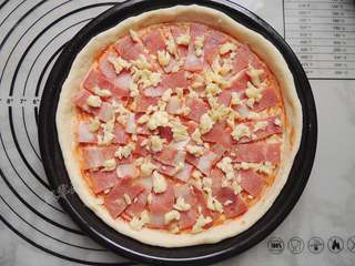 香菇培根披萨,在培根上再撒一层马苏里拉芝士。