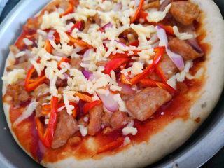 十味  猪肉披萨,取出把剩余的马苏里拉撒上,