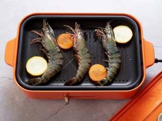 长假来袭做什么?一起来做BBQ!承味出品,倒入少许食用油,放入明虾,胡萝卜片,香蕉西葫芦片