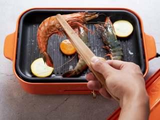 长假来袭做什么?一起来做BBQ!承味出品, 煎至明虾单面变红 将明虾与蔬菜翻面,继续煎至上色即可