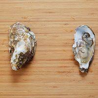 长假来袭做什么?一起来做BBQ!承味出品,牡蛎用牡蛎刀撬开壳,放入冰箱保鲜备用