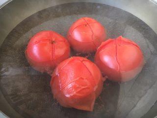 """美味早餐 番茄鸡蛋牛肉手擀面,番茄洗干净,用刀划个""""十""""字,用开水烫一烫番茄,然后撕去番茄的皮。"""