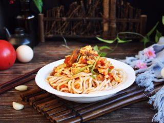 美味早餐 番茄鸡蛋牛肉手擀面,手擀面爽滑筋道,番茄鸡蛋牛肉卤鲜美,将营养丰富、美味可口的手擀面拌一拌,再配上一些时蔬就可以享用了。