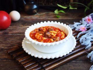 美味早餐 番茄鸡蛋牛肉手擀面,番茄鸡蛋牛肉卤盛入碗中备用。