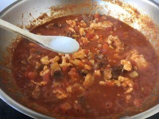 美味早餐 番茄鸡蛋牛肉手擀面,放入少许的盐调味。