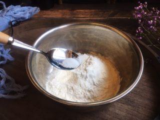 美味早餐 番茄鸡蛋牛肉手擀面,放入0•5g的盐。