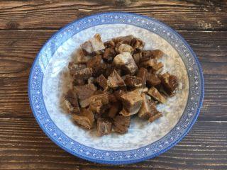 美味早餐 番茄鸡蛋牛肉手擀面,将提前炖好的牛肉准备好,切成适当大小的块备用。
