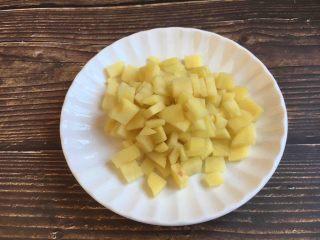 美味早餐 番茄鸡蛋牛肉手擀面,将土豆清洗干净,去皮,把土豆切成适当大小的丁。
