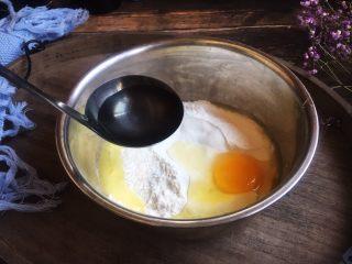美味早餐 番茄鸡蛋牛肉手擀面,准备好70g清水。