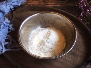 美味早餐 番茄鸡蛋牛肉手擀面,准备好普通面粉150g。