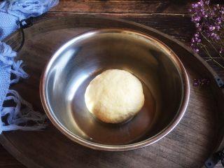 美味早餐 番茄鸡蛋牛肉手擀面,揉成面团,盖上保鲜膜醒30分钟。