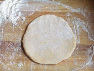 美味早餐 番茄鸡蛋牛肉手擀面,在面团上撒上干面粉。
