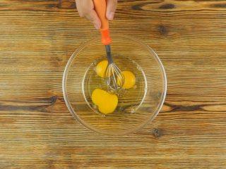 快手番茄疙瘩汤,<a style='color:red;display:inline-block;' href='/shicai/ 3551/'>西红柿</a>1个切丁,鸡3个打散