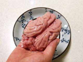 麻辣脑花,摘去猪脑外面的血丝