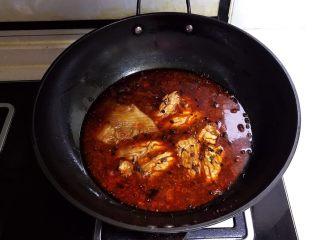 麻辣脑花,放入猪脑花,水量没过脑花即可,盖上锅盖,大火烧开后小火慢烧20分钟即可