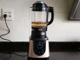 桂圆红枣茶,这款西屋破壁机浓汤功能系统设置的时间是一小时,炖煮30分钟后就可以按停止键,拔掉插头,开始喝啦,不用炖煮那么长时间;