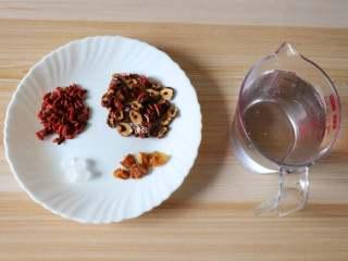 桂圆红枣茶,准备好食材;