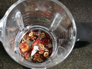桂圆红枣茶,将红枣、干桂圆肉、枸杞子、冰糖全部倒进破壁机搅拌杯里;