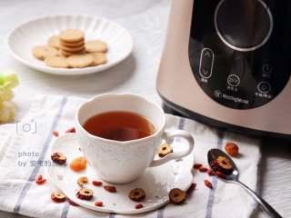 桂圆红枣茶,成品,红枣味比直接泡的浓郁,汤色也深一些,配一些小饼干,就是一顿美味又营养的下午茶啦。