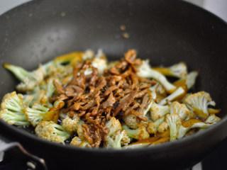 干煸菜花,再加入肉丝,翻炒均匀