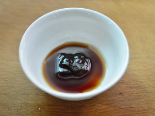 黑椒牛肉杏鲍菇,取一个碗,调入蚝油、酱油和料酒