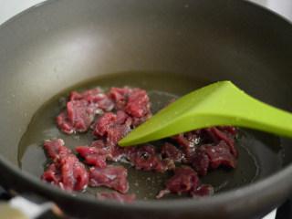黑椒牛肉杏鲍菇,锅里烧热油,下牛肉炒制