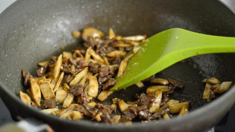 黑椒牛肉杏鲍菇,大火翻炒均匀并收汁
