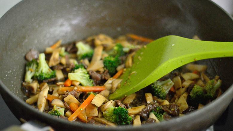黑椒牛肉杏鲍菇,最后放入胡萝卜和西兰花