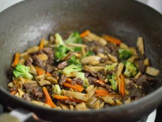 黑椒牛肉杏鲍菇,翻炒几下即可出锅