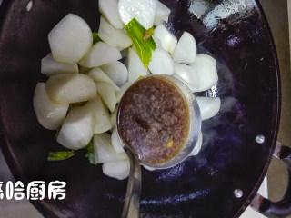 萝卜炖牛肉,放入适量的牛肉汤
