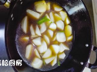 萝卜炖牛肉,再放入适量清水,水面与萝卜齐平,大火烧开转小火炖,至少要炖15分钟。