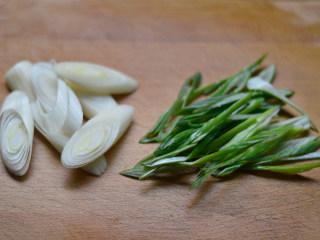 姜葱面包蟹,大葱根部切大段,叶子切细丝(其实用小葱,葱香味更浓,但家里没有了,只有用大葱代替)