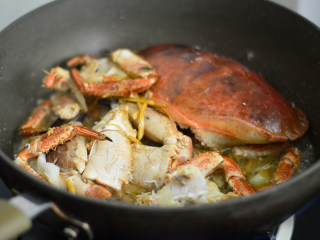 姜葱面包蟹,调入酱油、黄酒,加入少许水,煮开后转小火焖煮约10分钟