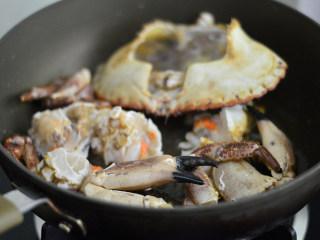 姜葱面包蟹,放入面包蟹炒制