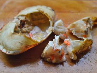 姜葱面包蟹,掰开蟹盖,撕掉鳃,斩成小块