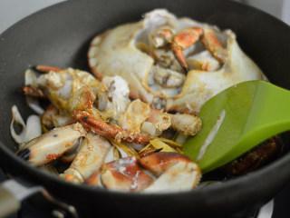 姜葱面包蟹,随后再放入面包蟹