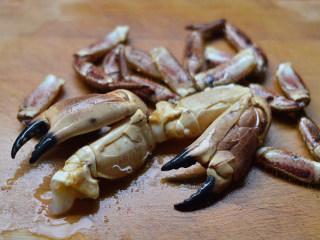 姜葱面包蟹,掰掉蟹脚,用锤子锤一锤,便于入味