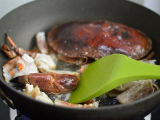 姜葱面包蟹,翻炒至蟹壳变红后盛出