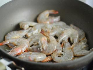 茄汁开背虾,锅里倒入比平时炒菜多一倍的油,烧热后放入虾煎制